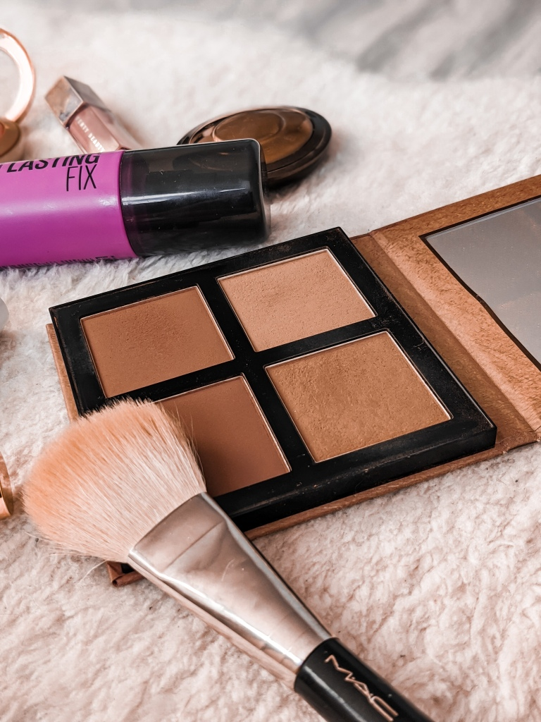 Simple Summer Makeup Tutorial, Products, and Tips | The warm summer months are now upon us which means it's time to bust out the bronze powders, shimmery eye-shadows, creamy lipsticks and highlighters! A good bronze makeup look is great all year round, but it's time to ramp it up a notch for the summer months.